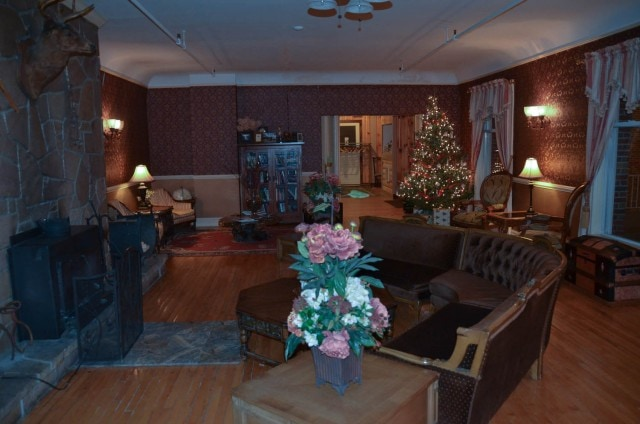 Pines Inn living room